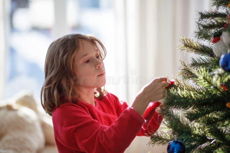 Meisje die een Kerstboom verfraaien royalty-vrije stock afbeeldingen