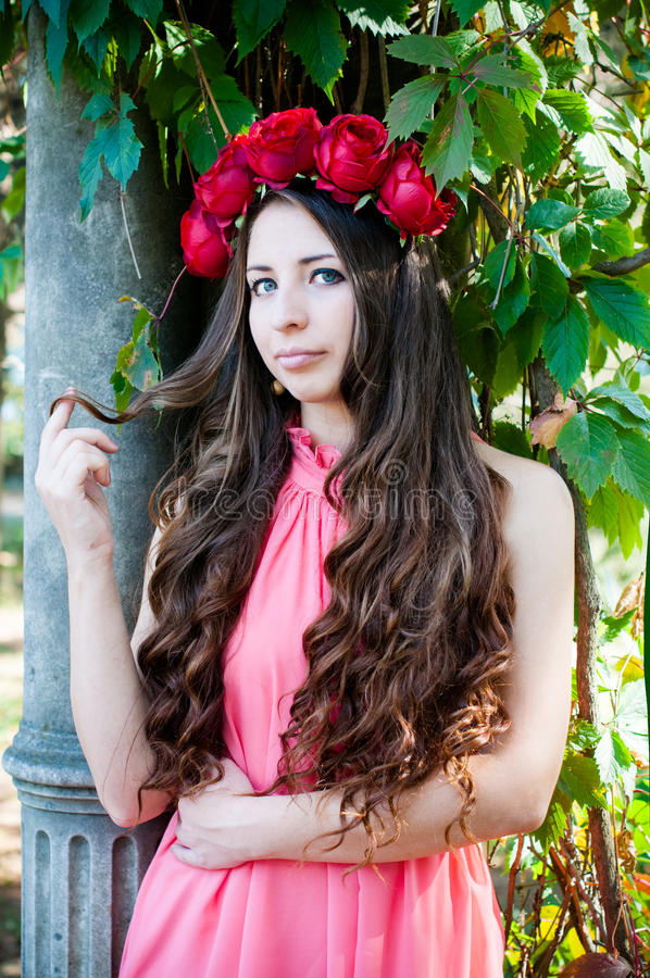 Meisje die een kroon van rozen dragen royalty-vrije stock afbeelding