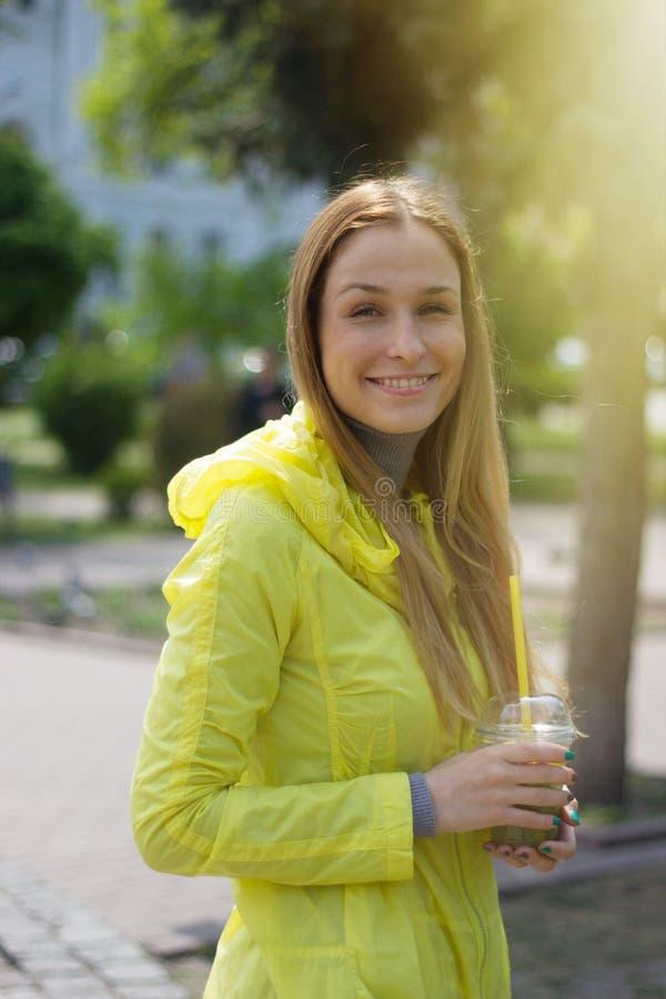Meisje die een limonade openlucht houden stock foto