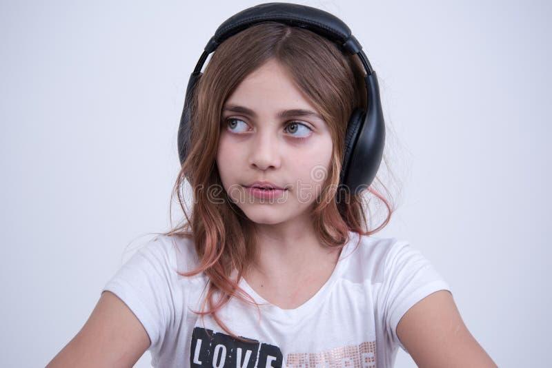 Meisje die een muziek op hoofdtelefoon luisteren royalty-vrije stock afbeelding