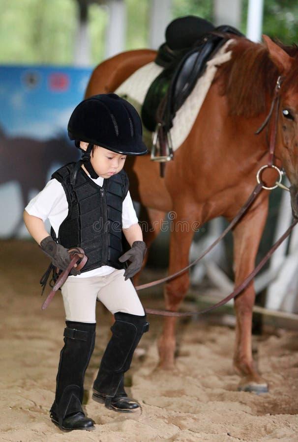 Meisje die een paard leiden stock foto's