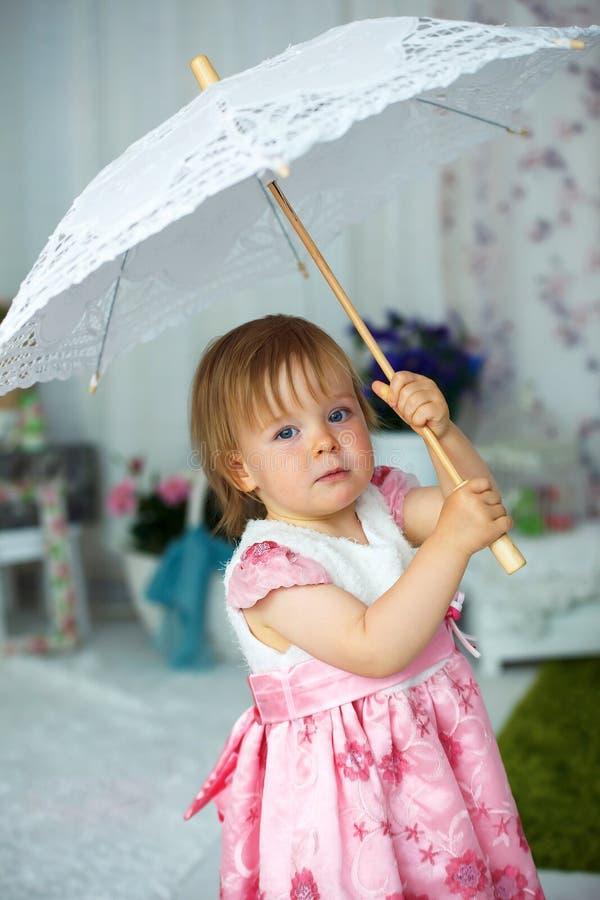 Meisje die een paraplu voor de zon houden royalty-vrije stock foto's
