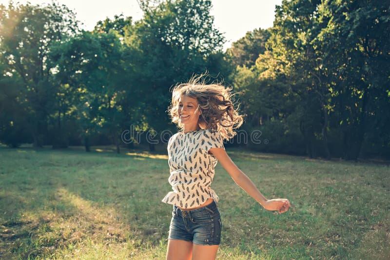 Meisje die in een park springen royalty-vrije stock fotografie