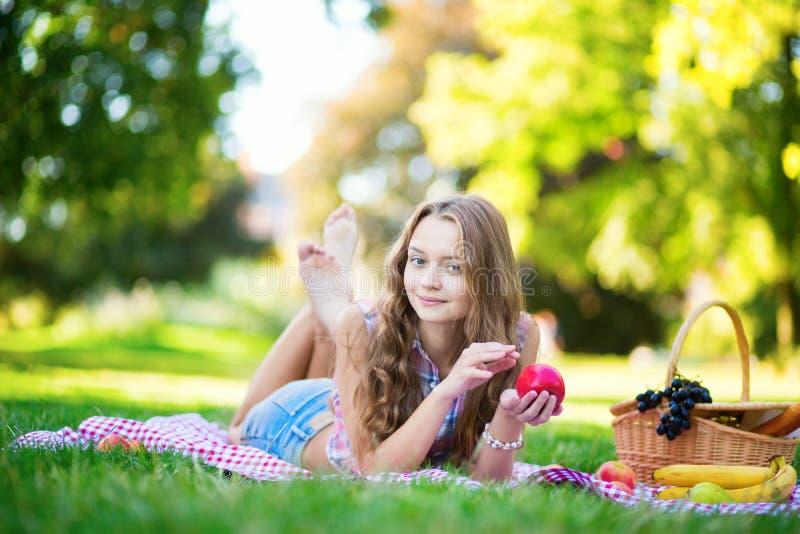 Meisje die een picknick in park hebben stock fotografie