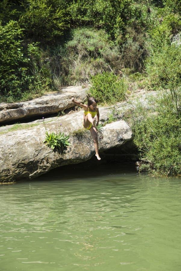 Meisje die in een rivier springen royalty-vrije stock foto