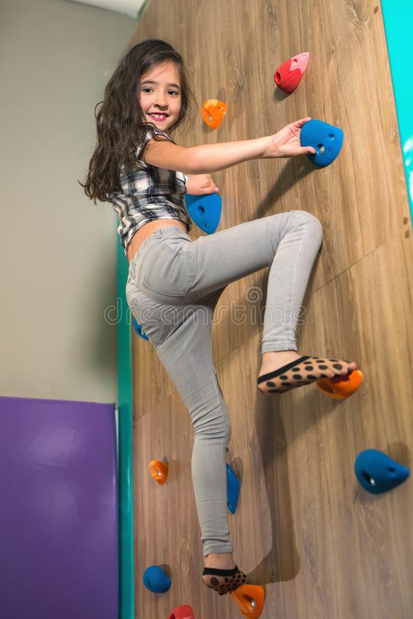 Meisje die een rotsmuur beklimmen binnen royalty-vrije stock foto's