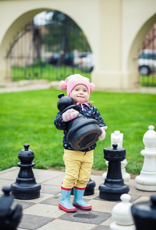 Meisje die een schaakstuk nemen royalty-vrije stock foto's