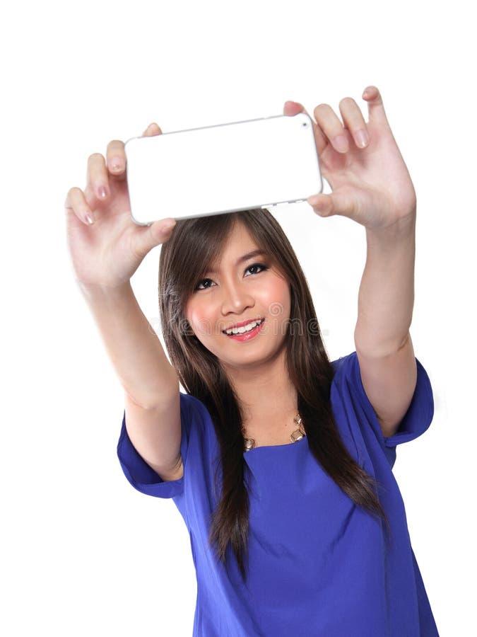 Meisje die een selfie met haar smartphone nemen royalty-vrije stock foto's