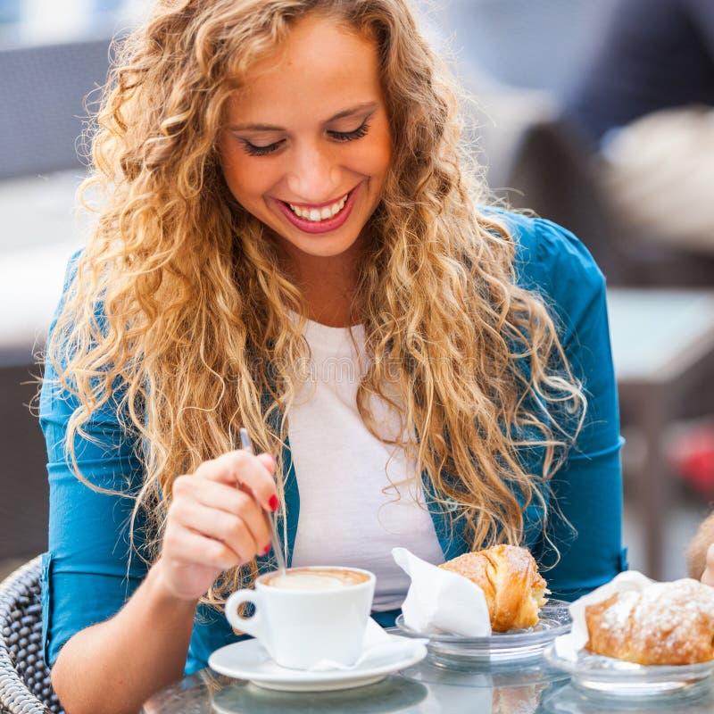 Meisje die een Traditioneel Italiaans Ontbijt hebben royalty-vrije stock fotografie