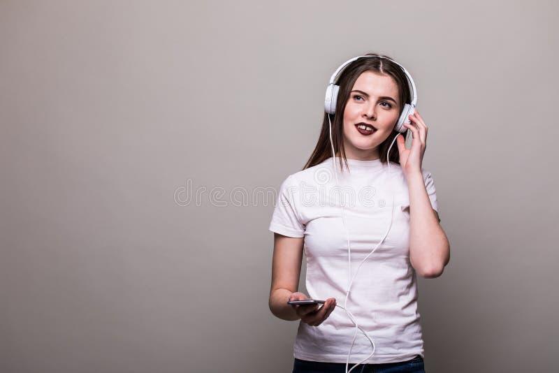 Meisje die en aan de muziek dansen luisteren stock fotografie