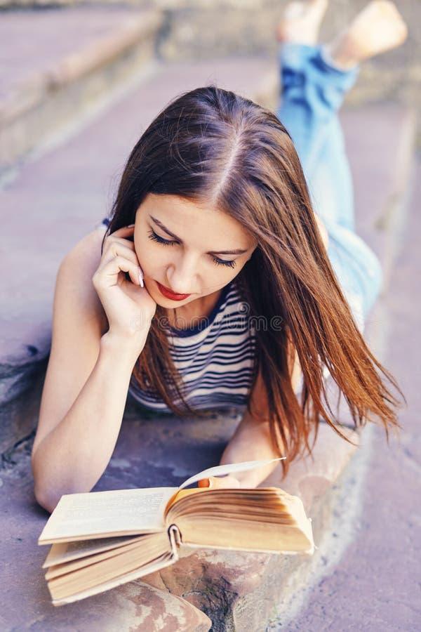 Meisje die en een boek bestuderen lezen Ontspan, rust, onderwijsconcept, recreatie royalty-vrije stock afbeelding