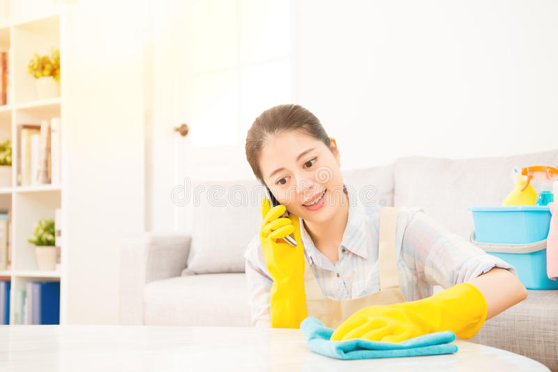 Meisje die en op telefoon schoonmaken spreken royalty-vrije stock afbeeldingen