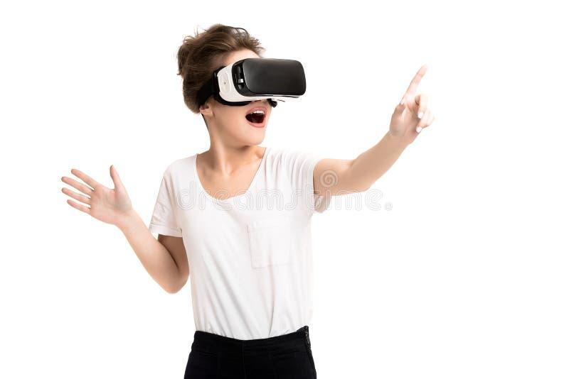 Meisje die ervaring krijgen die VR-glazen van virtuele werkelijkheid gebruiken stock foto's