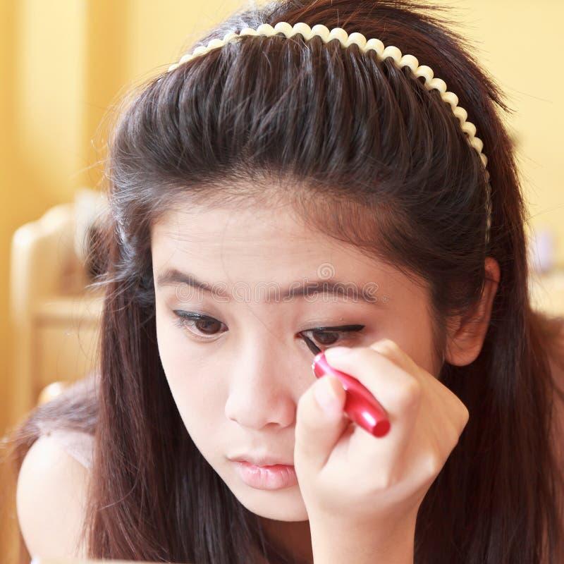 Meisje die eyeliner toepassen royalty-vrije stock foto's
