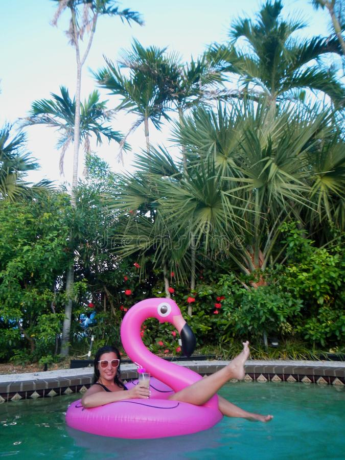 Meisje die in flamingo drijven royalty-vrije stock foto