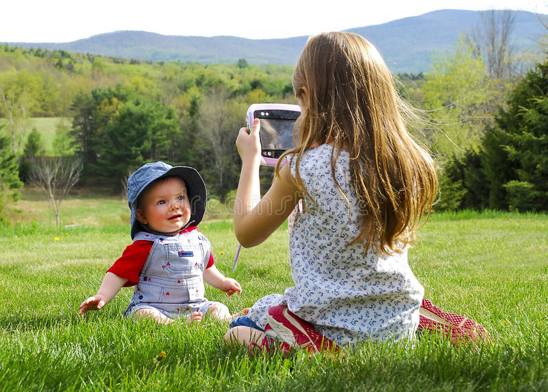 Meisje die Foto van Baby nemen royalty-vrije stock foto's