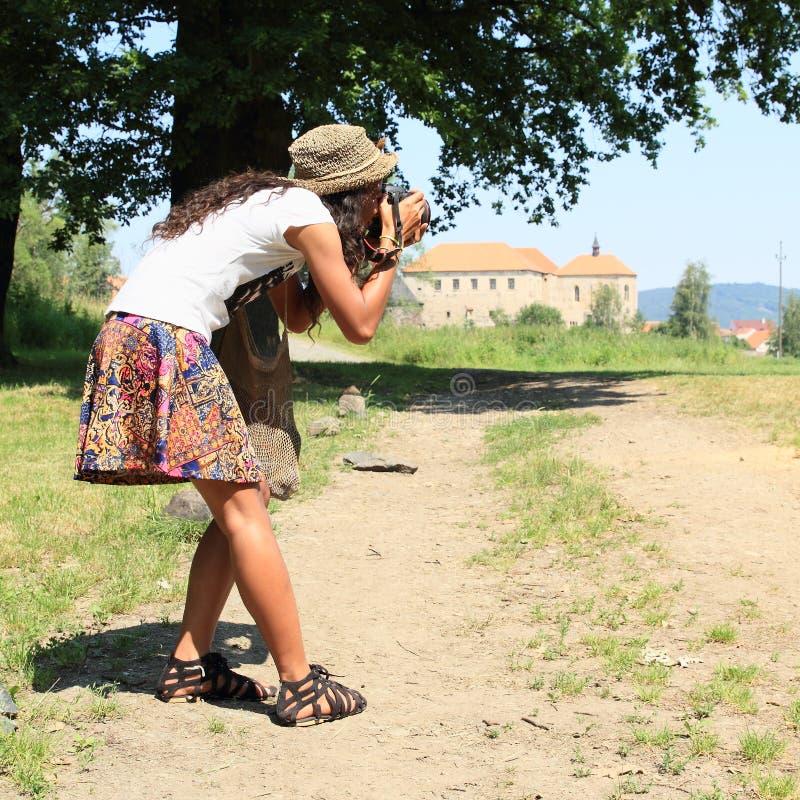 Meisje die foto van kasteel nemen royalty-vrije stock afbeelding