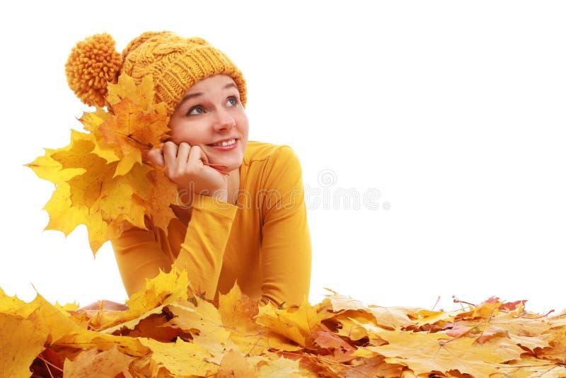 Meisje die in gekleurde de herfstbladeren leggen royalty-vrije stock foto