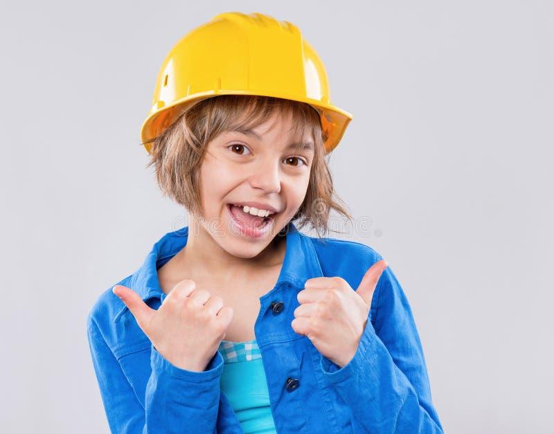 Meisje die gele bouwvakker dragen royalty-vrije stock foto's