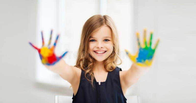 Meisje die geschilderde handen tonen royalty-vrije stock afbeelding