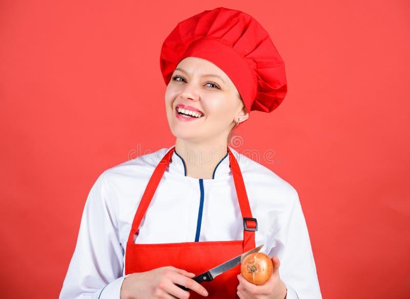 Meisje die gezonde maaltijd koken Plak en karbonadeui Lijd maar houd doend Stekende ogen en scheuren die uien snijden Chef-kok stock afbeeldingen