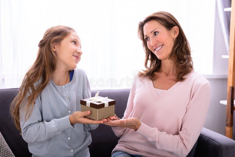 Meisje die Gift geven aan Haar Moeder royalty-vrije stock foto