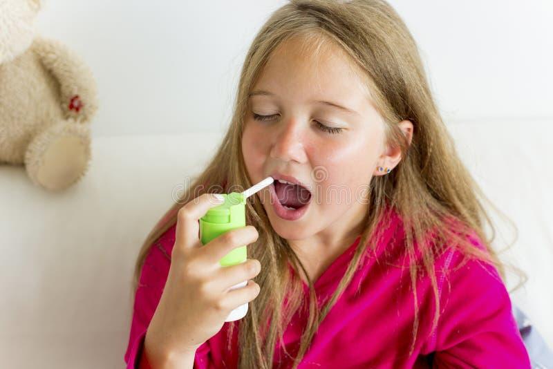 Meisje die griep hebben stock afbeeldingen