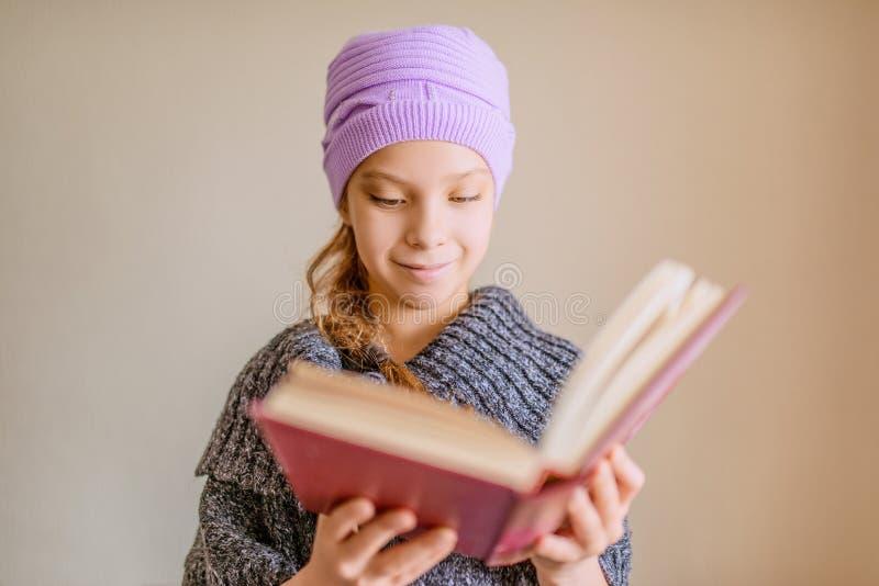Meisje die groot boek lezen royalty-vrije stock fotografie