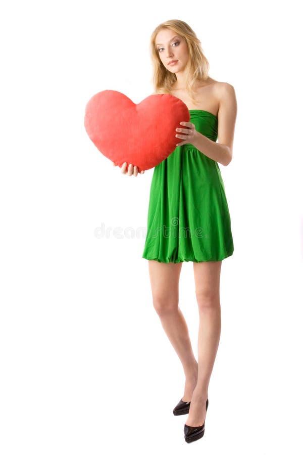 Meisje die groot rood hart houden stock afbeeldingen