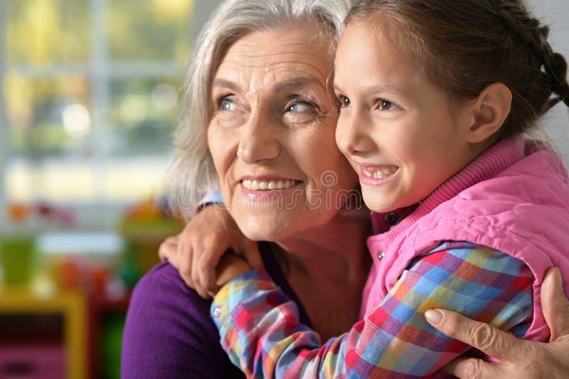 Meisje die haar grootmoeder koesteren royalty-vrije stock foto's