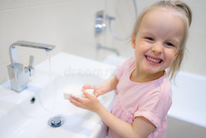 Meisje die haar handen met zeep wassen royalty-vrije stock afbeelding