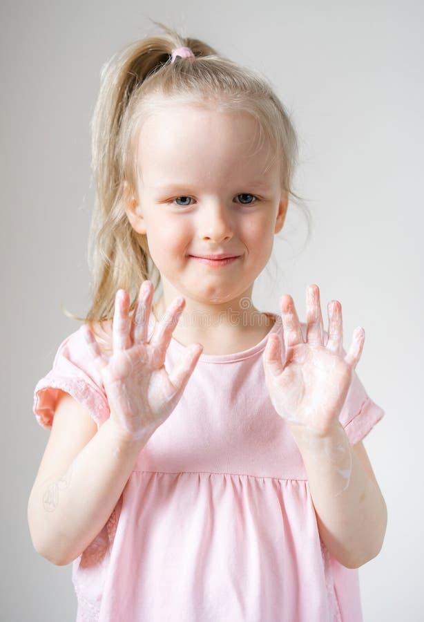 Meisje die haar handen met zeep wassen royalty-vrije stock fotografie