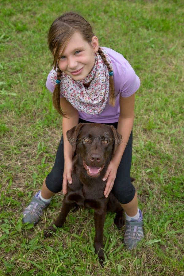 Meisje die haar hondvriend omhelzen royalty-vrije stock foto's