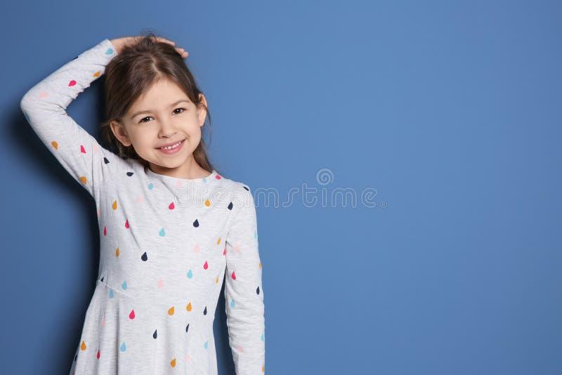 Meisje die haar hoogte meten stock afbeelding