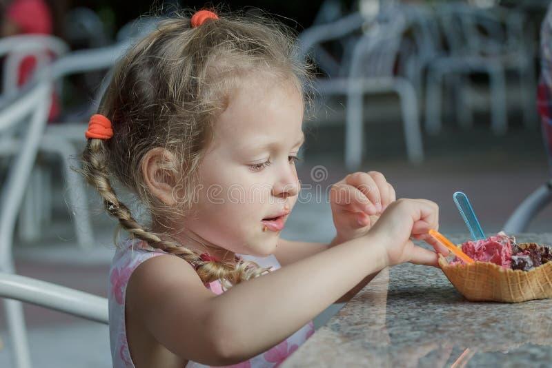 Meisje die haar Italiaanse kegel van het roomijswafeltje eten royalty-vrije stock foto's