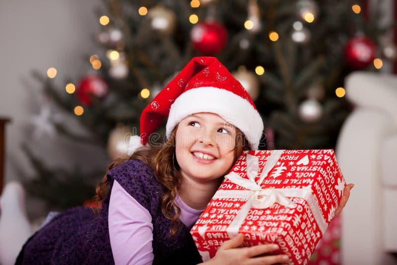Meisje die haar Kerstmisgift houden royalty-vrije stock afbeeldingen