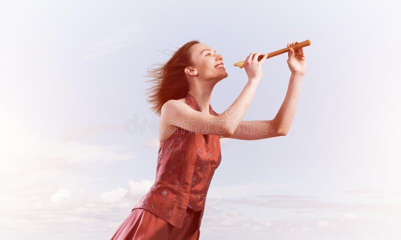 Meisje die haar melodie op Fife spelen bij de zomer heldere dag stock foto