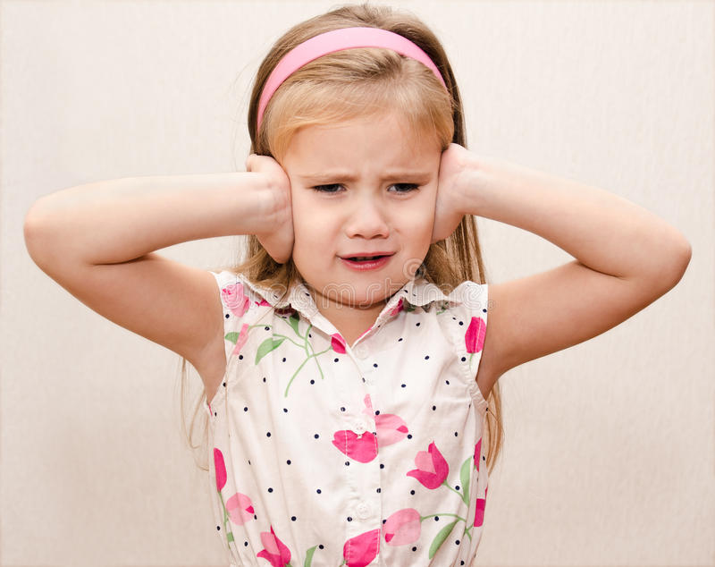 Meisje die haar oren behandelen stock foto's