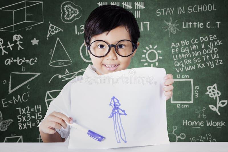 Meisje die haar tekening trots tonen royalty-vrije stock afbeeldingen