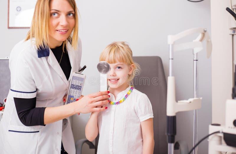 Meisje die haar visie in artsenbureau controleren royalty-vrije stock foto's