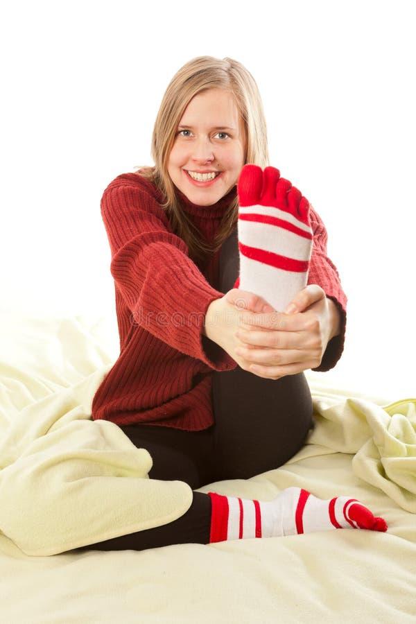 Meisje die haar voet houden royalty-vrije stock foto