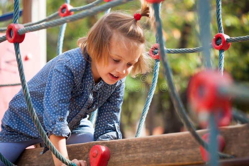 Meisje die handigheid ontwikkelen bij speelplaats stock fotografie