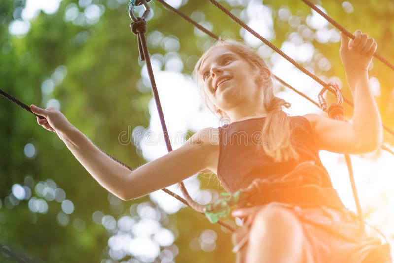 Meisje die in het kabelpark wandelen in veiligheidsmateriaal royalty-vrije stock foto's