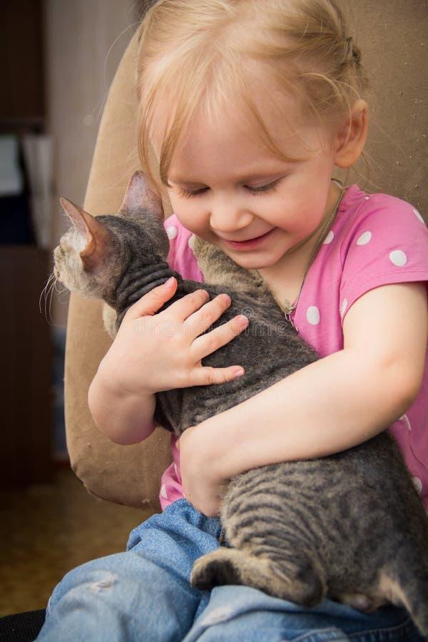 Meisje die het kat koesteren royalty-vrije stock foto
