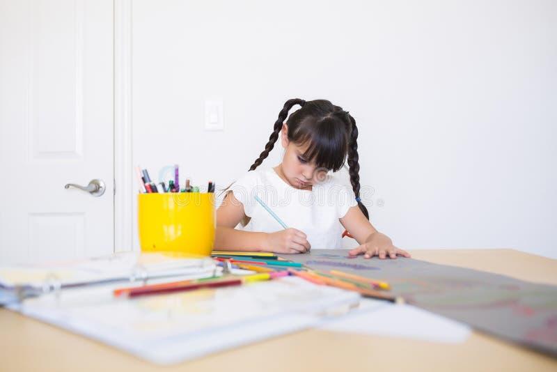 Meisje die het kunstwerk kleuren stock afbeeldingen