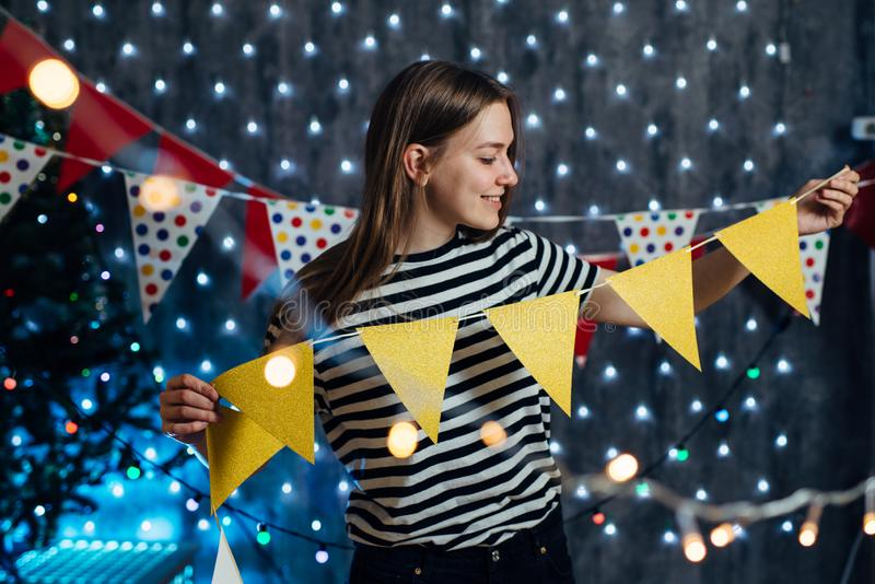Meisje die het Nieuwjaartijd verfraaien van huiskerstmis royalty-vrije stock afbeeldingen