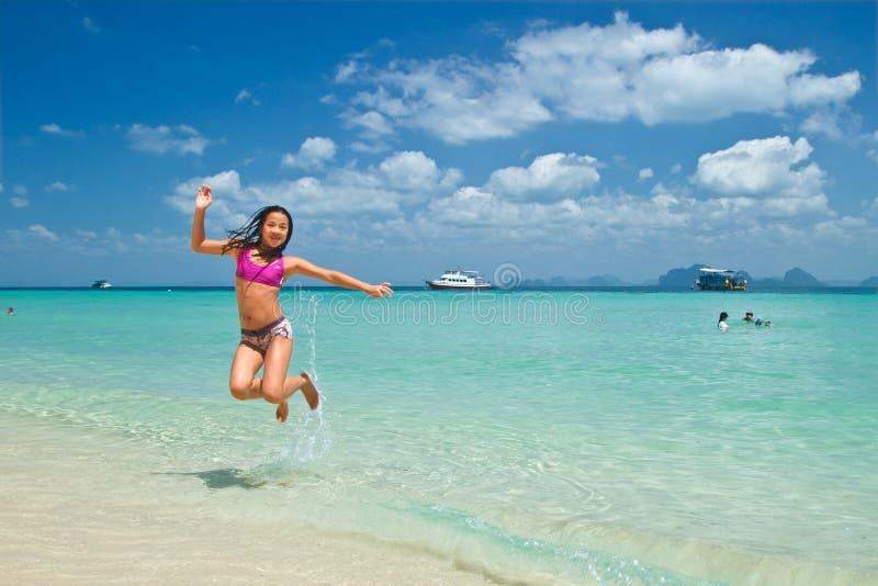 Meisje die in het water bij het strand van Koh Ngai-eilandth springen stock foto