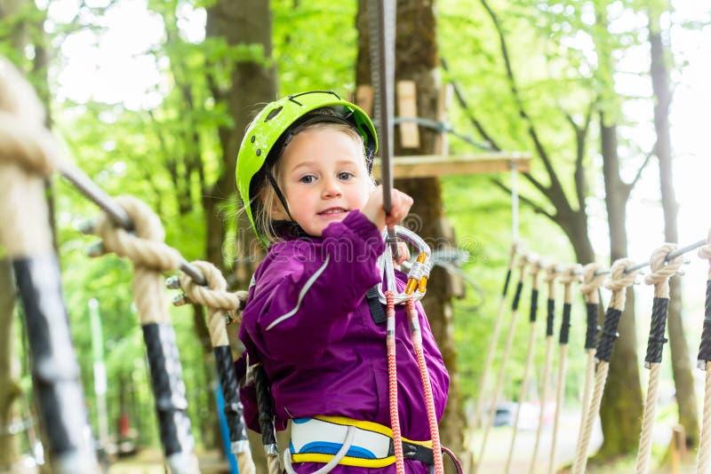 Meisje die in hoge kabelcursus beklimmen royalty-vrije stock fotografie