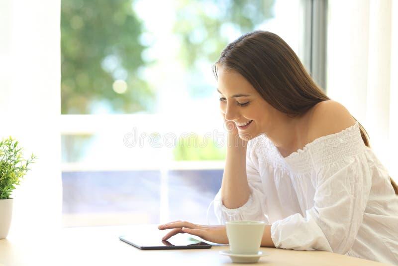 Meisje die informatie zoeken in een tablet stock foto's