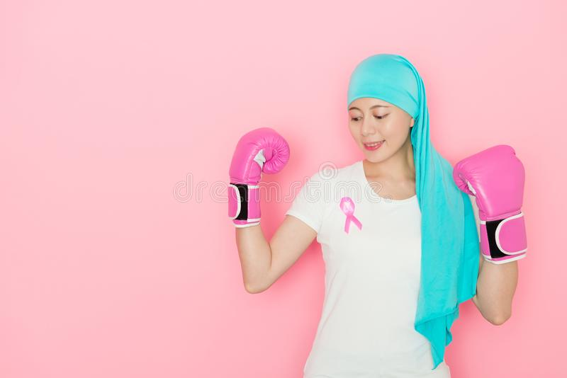 Meisje die kanker hebben en bokshandschoenen dragen royalty-vrije stock afbeeldingen